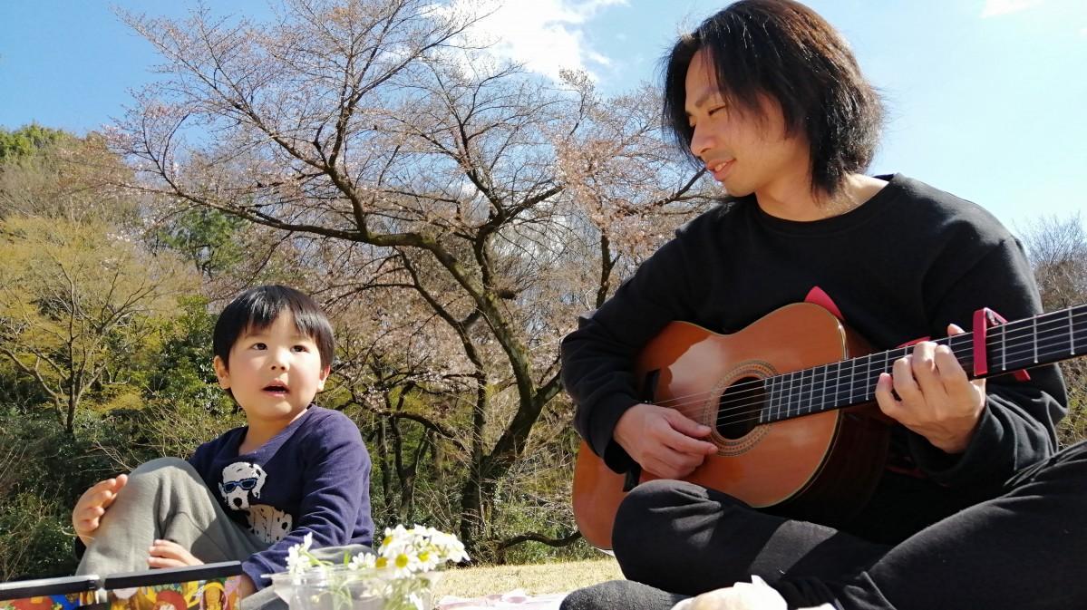 子どもにアコースティックギターを演奏する白田直也さん