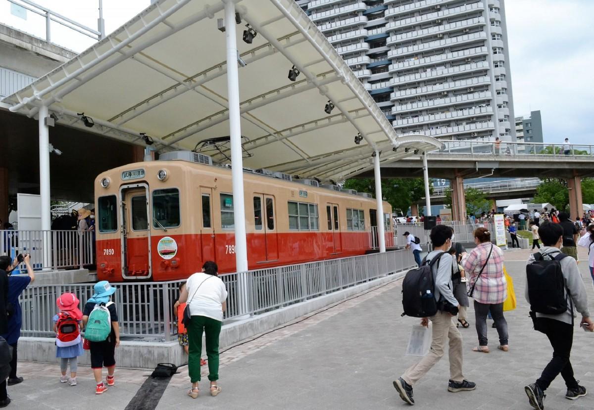 UR武庫川団地のコミュニティ-スペースとして再出発した赤胴車