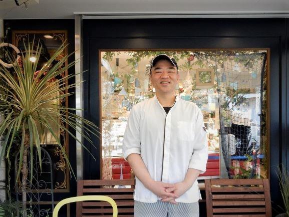 エルベランの店頭テラスに立つオーナーシェフの柿田衛二さん