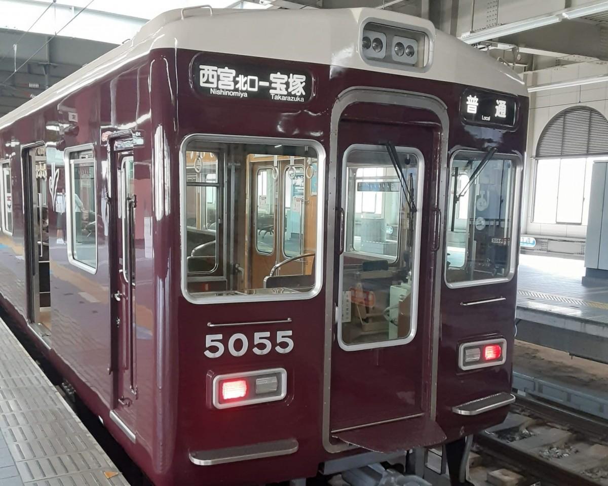今津線を走るマルーンカラーの阪急電車