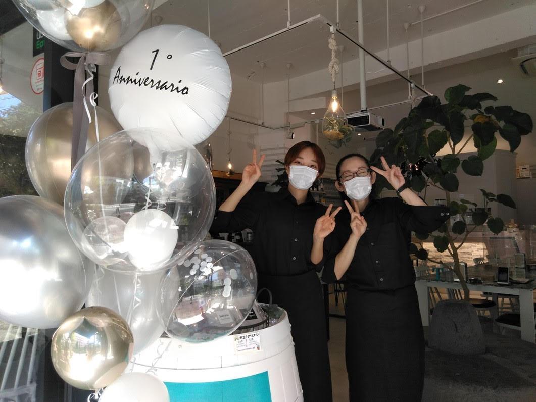 1周年を盛り上げるバルーンの前で、下村幹子副店長とスタッフの山岡天さん