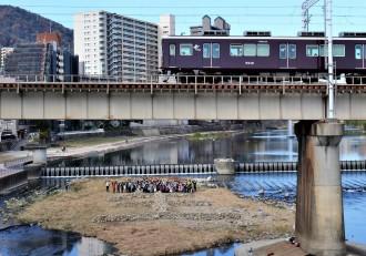 阪神・淡路大震災への思いを投影 宝塚・武庫川の中州で「生」の石積みオブジェ再現