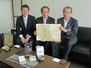 竹内市長、高橋社長、関本工場長(右から)