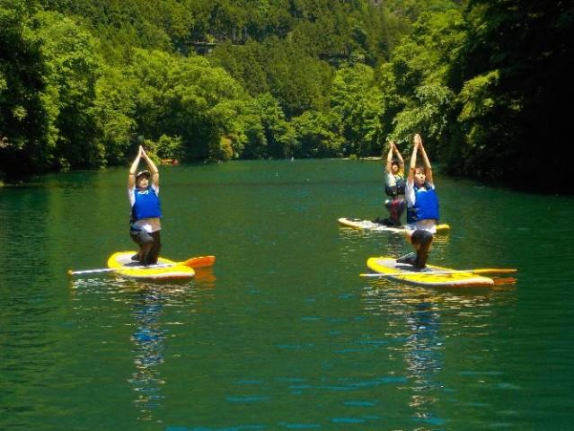 奥多摩の白丸湖で「SUPヨガ」 新緑に囲まれた湖畔に浮かびヨガ体験
