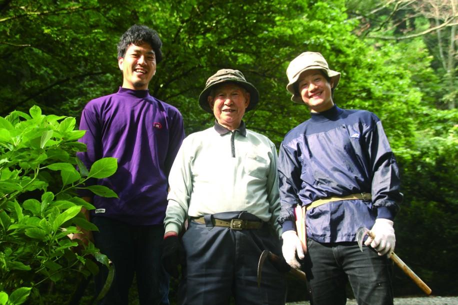 山主の南沢さん(中央)に指導を受ける高水さん(左)と上村さん