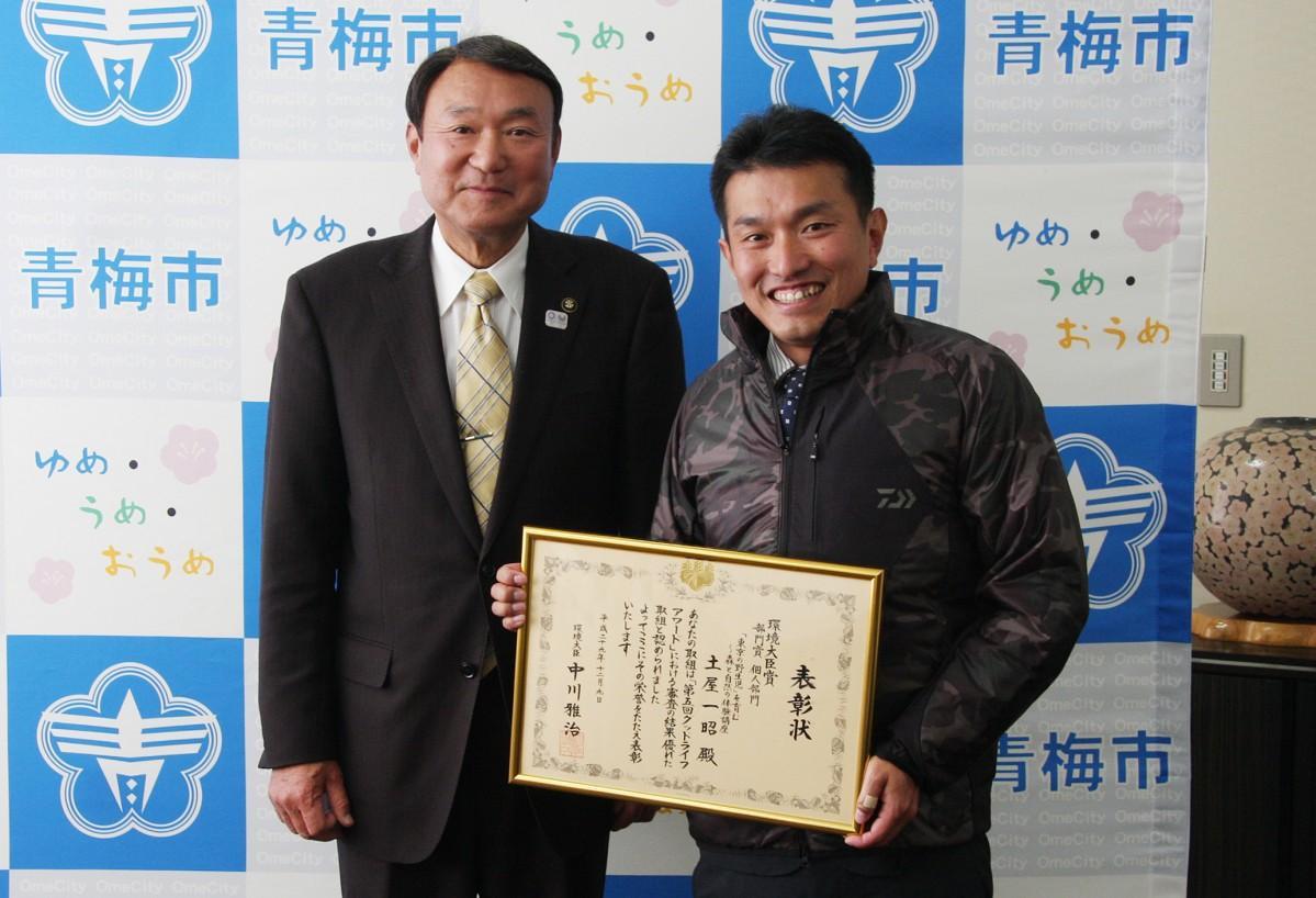 浜中市長に報告した土屋さん(写真右)