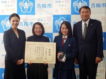 浜中市長(写真右)に報告に訪れた川崎さん、村上さん、伊藤さん(左から)