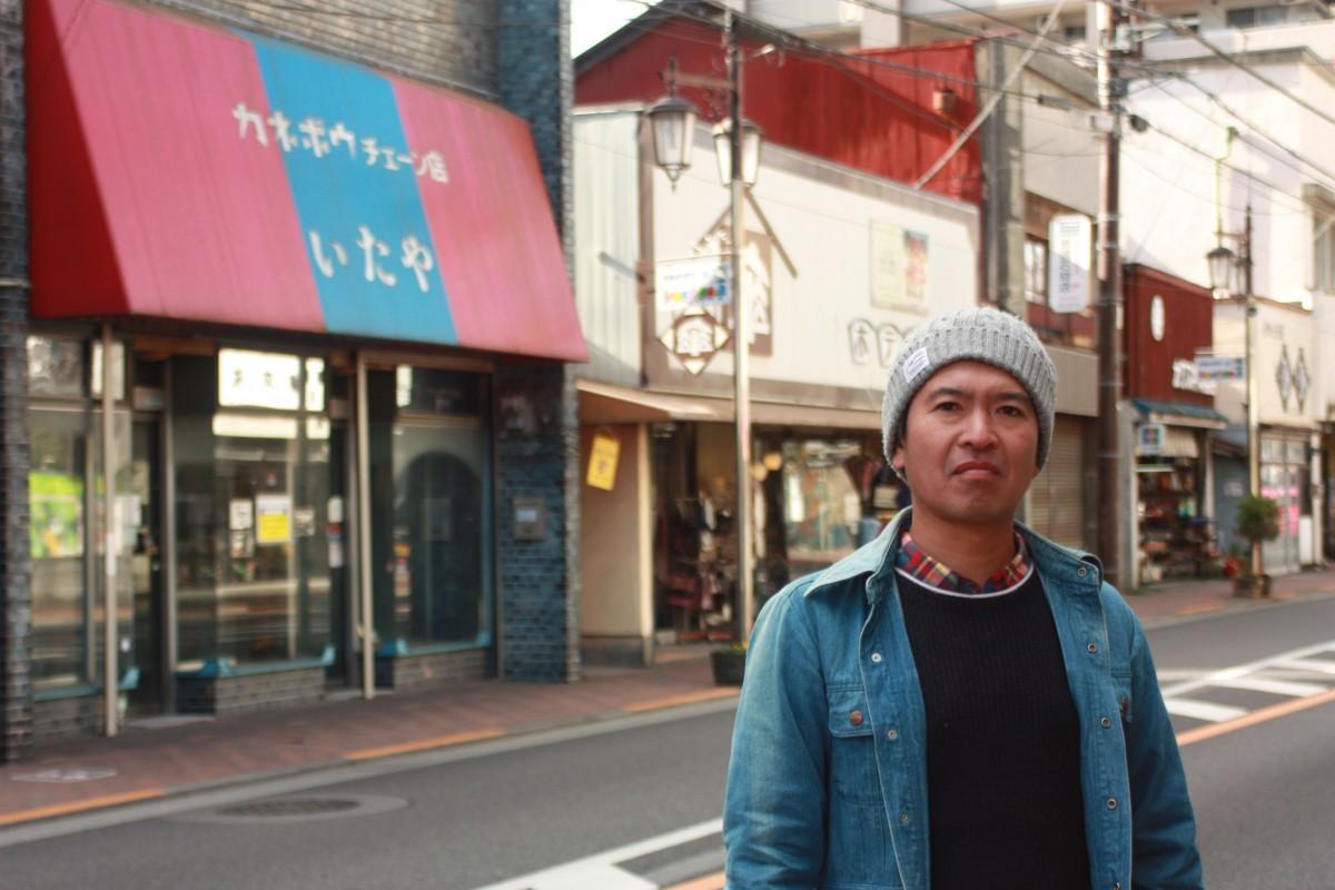 オープン予定地の店舗前に立つ起案者の武藤さん