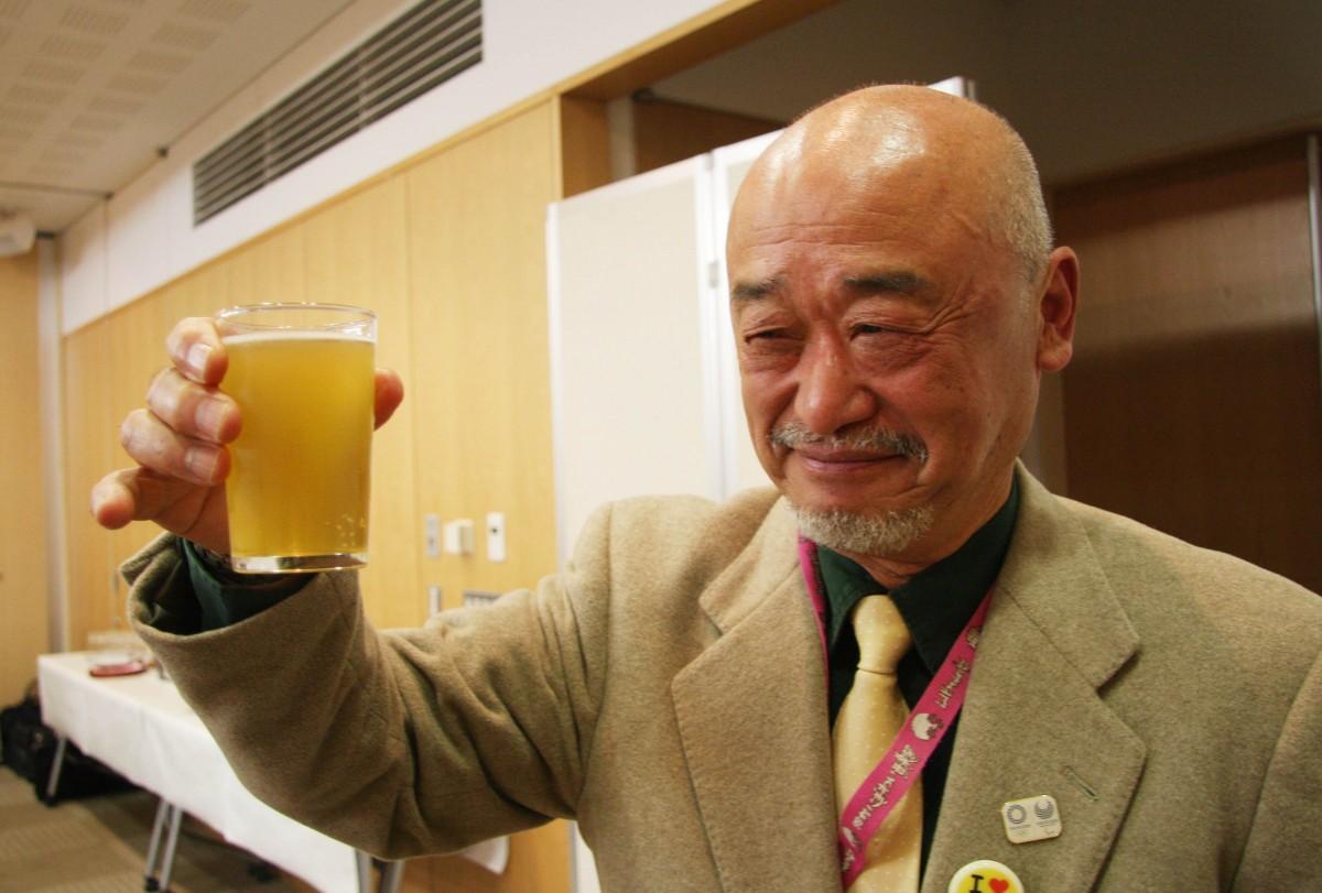 地元のクラフトビールを試飲する参加者たち