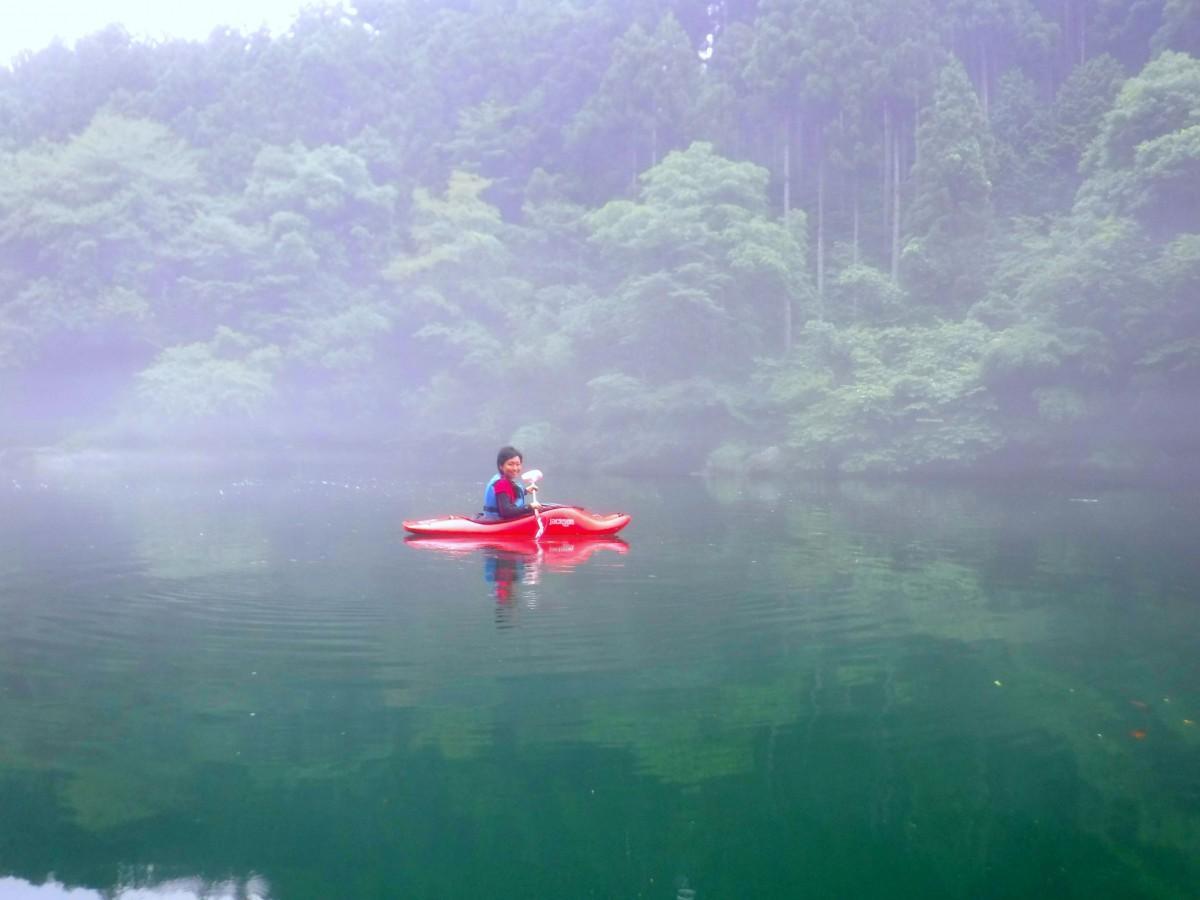 夏限定で湖畔で体験できる「朝カヤック」