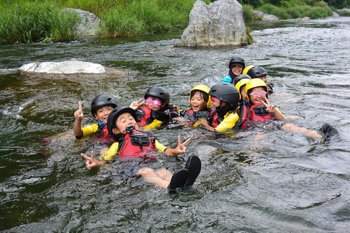 多摩川のアクティビティを楽しむ子どもたち