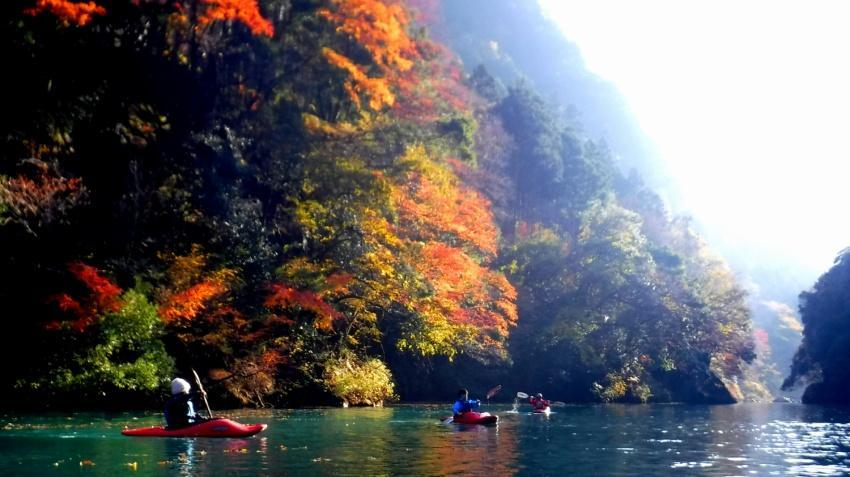 紅葉シーズンの白丸湖の風景