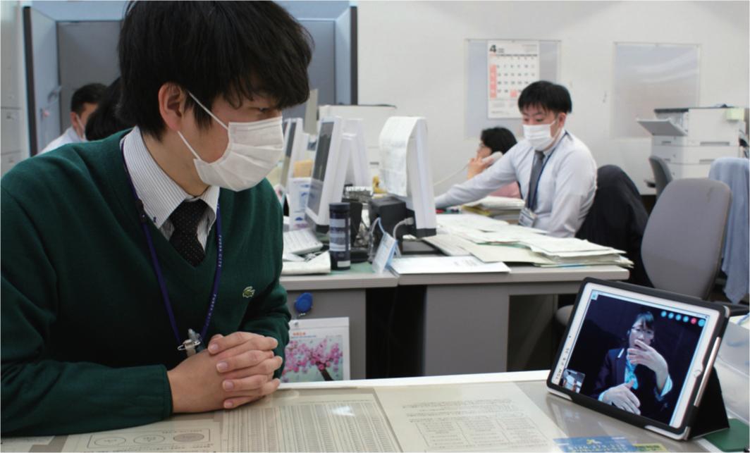専用端末で、通訳オペレーターを介し会話できる
