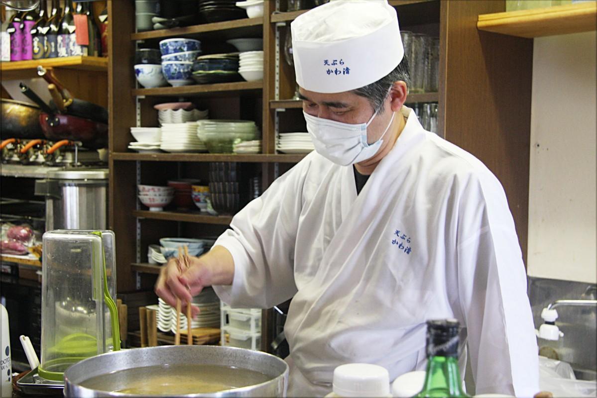 素材に合わせた調理を徹底する川島さん