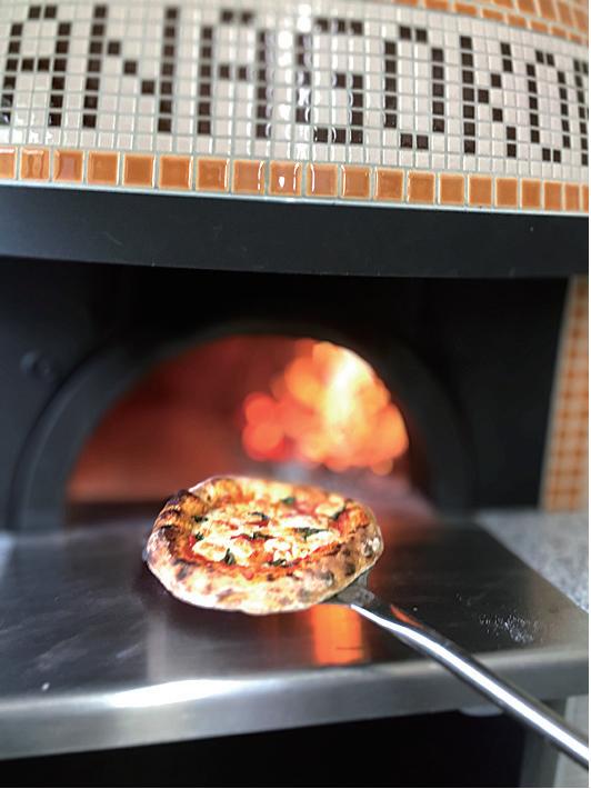 薪釜で焼き上げたピザ