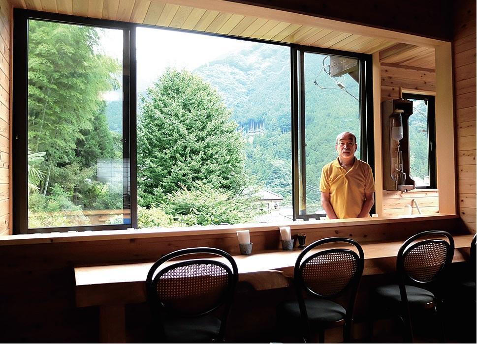 カウンター越しの窓から見える景色と店主の橋詰さん