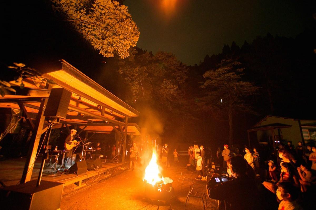 自然人村でのライブの模様