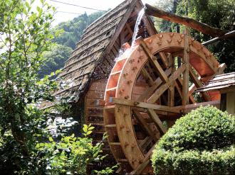 檜原村の観光旅館「三頭山荘」、庭の水車を新調
