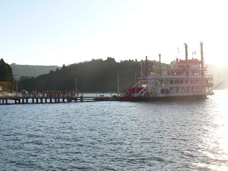夕日の中、たくさんの客を乗せ最終航海に出るフロンティア号。