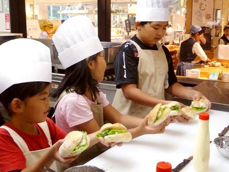 参加費無料の「おこさま簡単キッチン」ではかまぼこサンドウィッチに挑戦