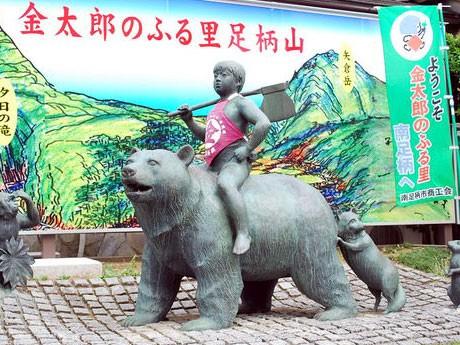 画像は伊豆箱根鉄道大雄山線大雄山駅前の金太郎ブロンズ像