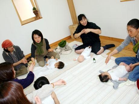 講師の指導によるベビーマッサージ講座。託児無料サービスも。