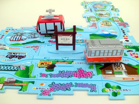 自由に組み合わせたパズル式のレールの上を電車とゴンドラが自在に動く