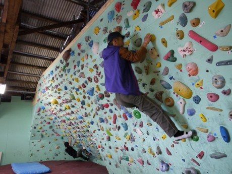 壁に作られた岩場を登るスポーツ。