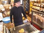 ハート型の手焼き煎餅が若い観光客の話題に-箱根湯本 手焼堂