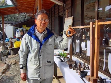 小田原鋳物研究所の上島国澄さん。作品の販売もしている。