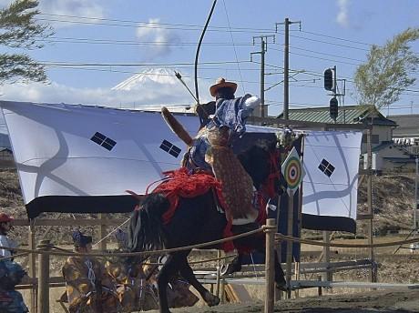 富士山を背景に矢を射かける「流鏑馬」