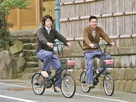 電動のレンタサイクル。女性でも乗りやすいタイプを用意する