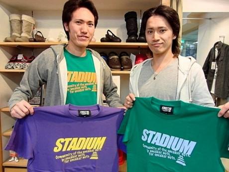 新色を紹介するスタッフの佐野隆雄さん(左)と佐野陽平さん(右)