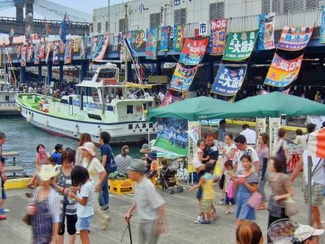 鮮やかな大漁旗が飾られた会場