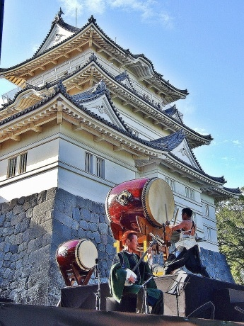 小田原城のたもとで演奏する林さん(右)と木乃下さん(左)