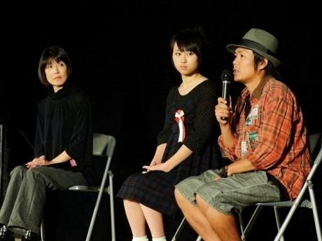 舞台挨拶した円城寺あやさん(左)、小林香菜さん(中)、勝又悠監督(右)