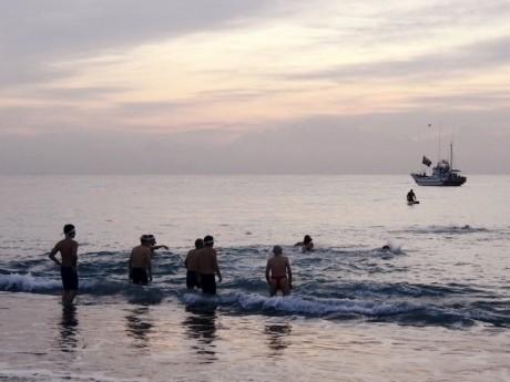 小田原の海岸で初日の出に向かって祈願する初泳ぎ