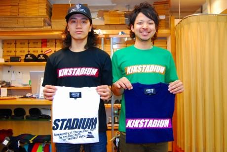 商品をアピールする佐野陽平店長(左)と山田光佑さん(右)