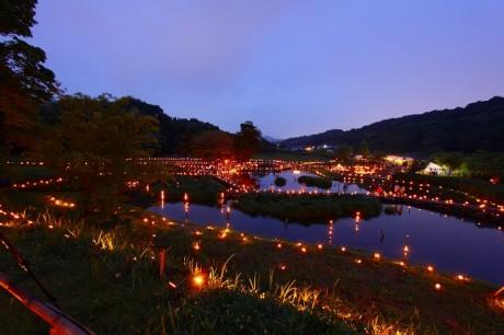 各チームがテーマを定めて表現する幻想的な中井町の「竹灯篭の夕べ」