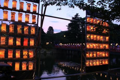 小田原城のお堀端に並んだ「ちょうちん」(写真=昨年の様子)