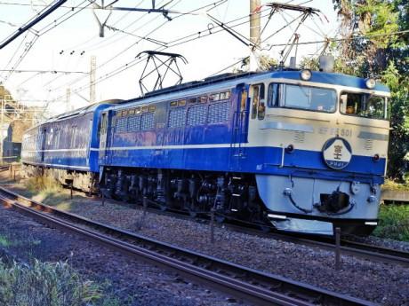 平坦路線向け直流用電気機関車「EF65 501」に牽引される「富士」。「ブルトレ」の主役として活躍していた時代をほうふつとさせて快走する(画面右が相模湾)