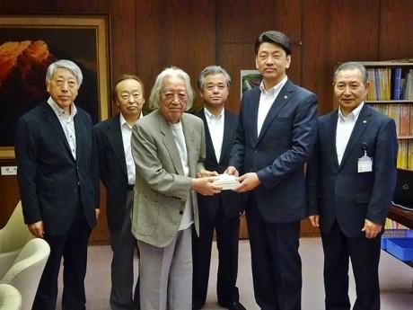 6月8日に神静民報社・社長の田中一之さんより小田原市の加藤市長に寄贈された(写真提供=小田原市)