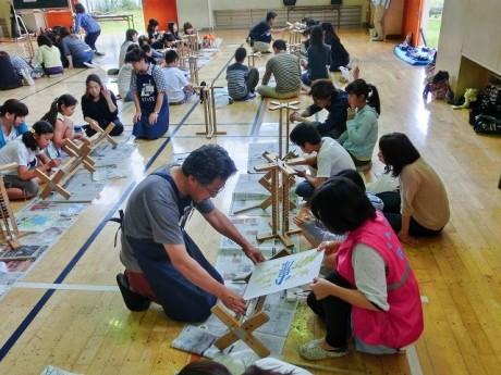 「小田原水上アートフェア」で展示する小田原町提灯を作る様子