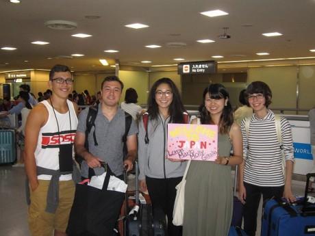 成田空港に到着した派遣青年4人を出迎える佐藤綾香さん(右から2人目)