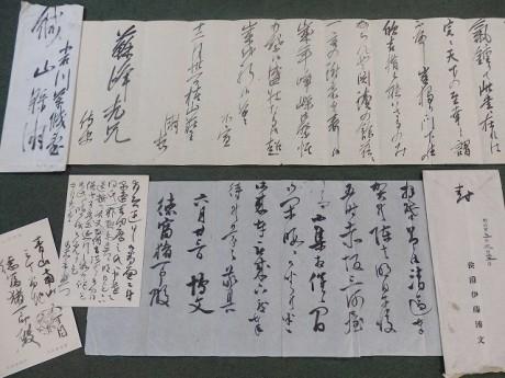 徳富蘇峰が松下村塾の塾生と交わした書簡。上から山県有朋、伊藤博文、葉書は乃木希典の自筆手紙(写真提供=徳富蘇峰記念塩崎財団)
