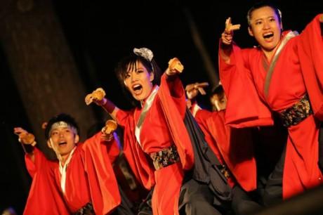 全力で踊る「聯(れん)」メンバー