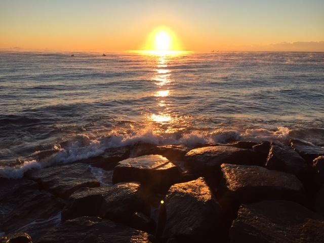 小田原・御幸の浜で「蒸気霧」(または「けあらし」、写真=松下善彦さん)