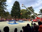 小田原で恒例の「消防出初め式」 まとい振り込み・はしご乗りに歓声と拍手