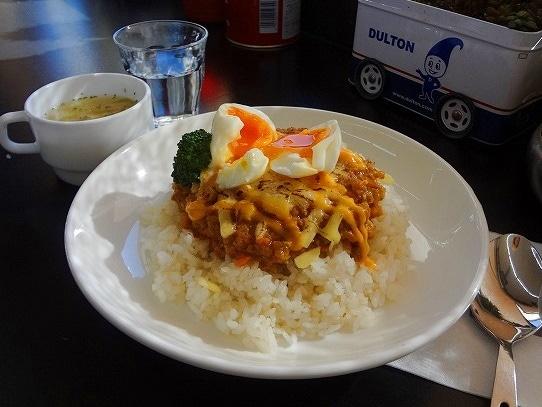 「焼きチーズのドライカレー 半熟卵のせ」(ダムトラックスカフェ提供)