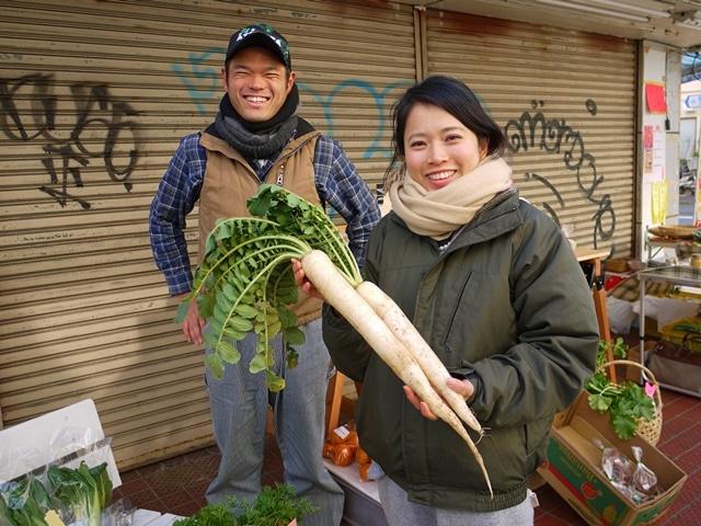 檀上智子(右)さんが育てた「時なし大根」。京都東九条で文政初期(1810~1820)ごろに発祥の小ぶりだがしっかりとした味の固定種